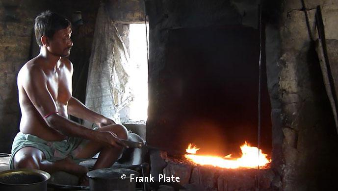 Man zur Herstellung einer Klangschale viel Hitze