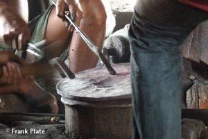 06-Klangschalen-herstellung-bronze-platte-die-ersten-arbeitsschritte
