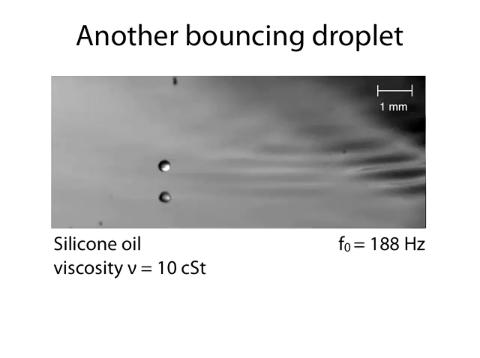 Das Öl springt auf der Wasseroberfläche